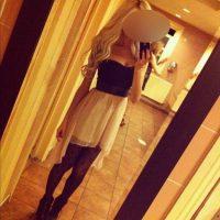 Blonde séduisante veut une soirée sexe torride à l'hotel